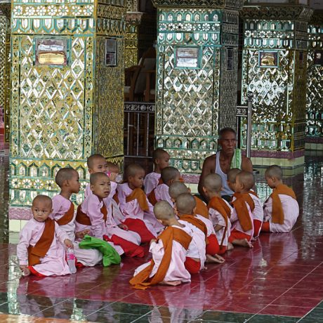 giovani monache in myanmar